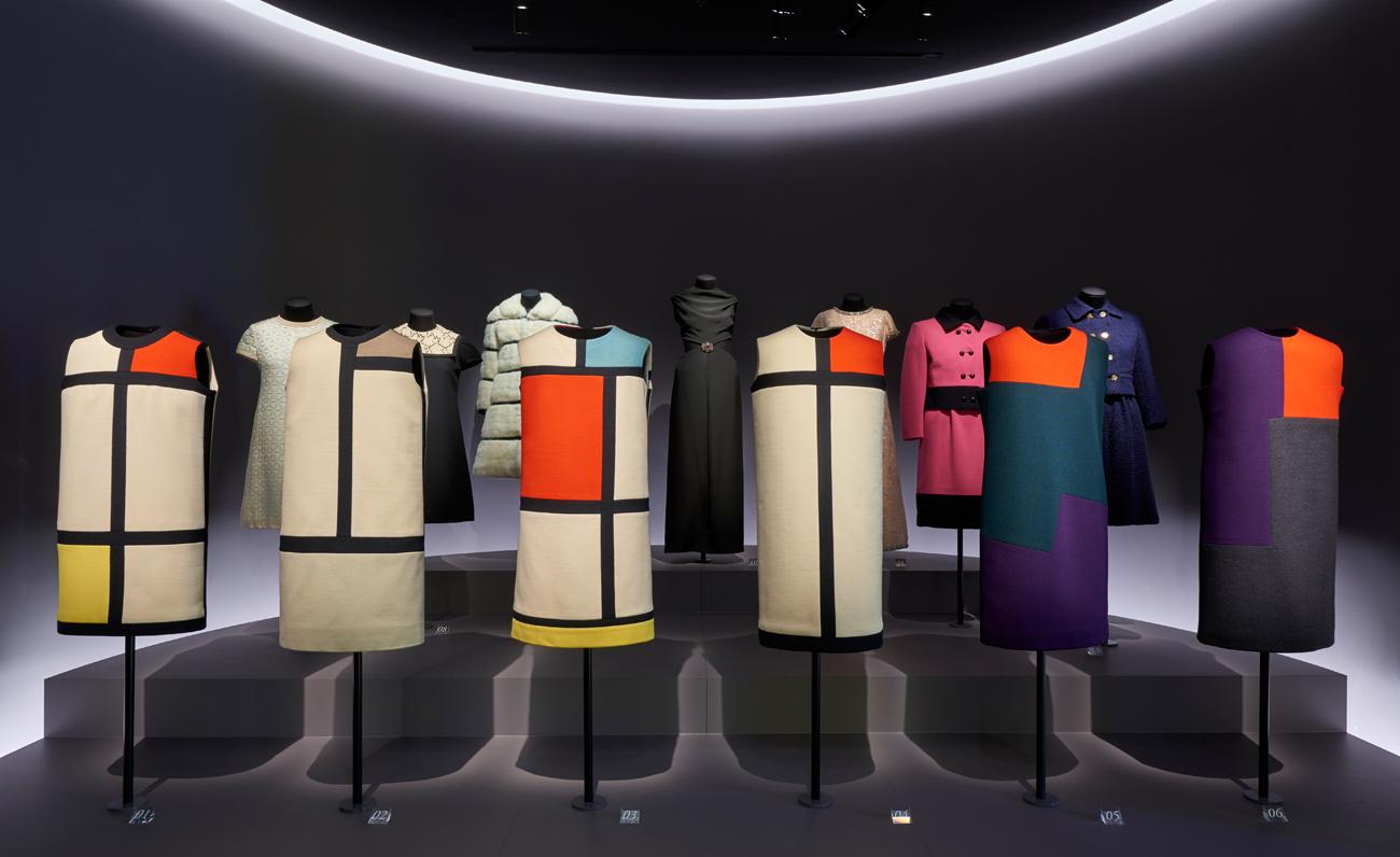 Vue de la nouvelle présentation des collections, section Histoire d'une collection © Yves Saint Laurent, photo Thierry Ollivier