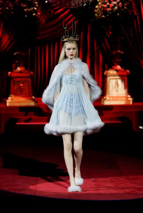 dolce-and-gabbana-fall-winter-2019-20-women-fashion-show-runway-22